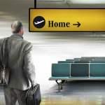 Geschäftsmann am Flughafen schaut auf Richtungsschild PUBLICATIONxINxGERxSUIxAUTxONLY DerekxBacon 20