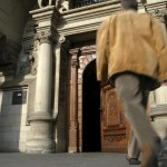 14 04 2003 Duisburg Nordrhein Westfalen DEU Eingangsportal des Rathauses Ein Mann geht durch