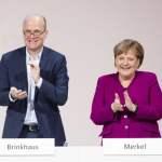 Bundeskanzlerin Angela Merkel R und Ralph Brinkhaus applaudieren nach der Rede von Manfred Weber