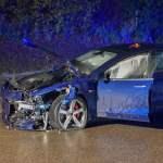 Drei Menschen verletzt bei Unfall mit Elektroauto, Zwei Unfallfahrzeuge stehen am 13.11.2019 auf der Bundesstraße 290 b