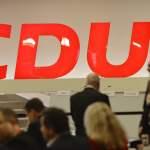 32. Parteitag Christlich Demokratische Union Deutschlands (CDU), Leipzig (22.11.2019) Ein großes Logo der CDU im Hinterg