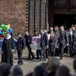 Kisterne baeres ud fra kirken og ind i rustvognene efter begravelsen af de tre danske ofre for terro