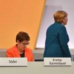 Annegret KRAMP KARRENBAUER (CDU Vorsitzende) sitzt auf ihrem Platz, hinter ihr geht Bundeskanzlerin Angela MERKEL vorbei
