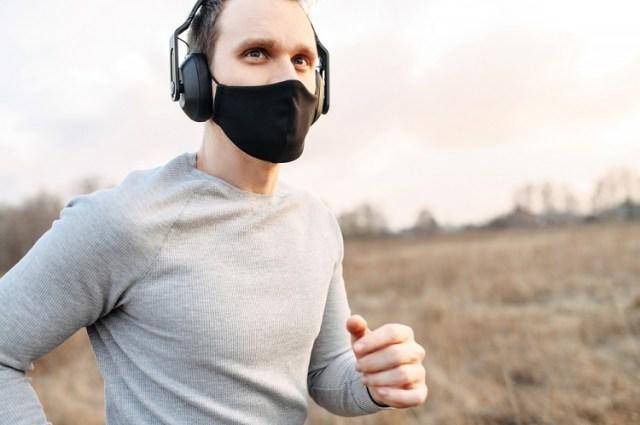 Jogger mit Maske (Bild: shutterstock.com/Von Vadym Pastukh)