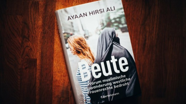 »Beute« Ellen Kositza empfiehlt Ayaan Hirsi Ali; Bild: Startbild Youtubevideo Kanal Schnellroda