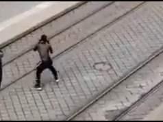 Gambier mit Messer flüchtet durch Zwickau – Polizei hinterher!; Bild: Startbild Youtube DK