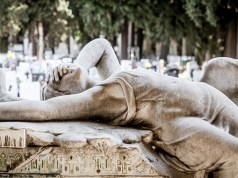 Ein Engel auf einem Friedhof; Bild: Shutterstock