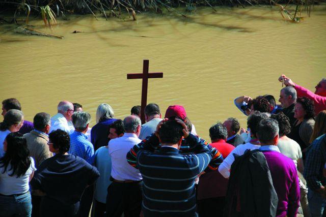 В Крещенский сочельник, 18 января, у купели Христианства люди ждут великого чуда. После освящения Иордана река останавливается,  идет вспять, и вода в ней становится соленой, как и 2000 лет назад, когда Христос принял крещение от рук Иоанна Крестителя.