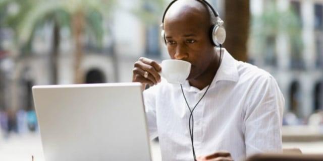 Un étudiant Un ordinateur