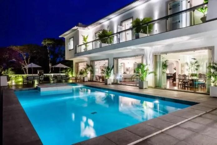 A night time glance at the Vila Santa Teresa Pool