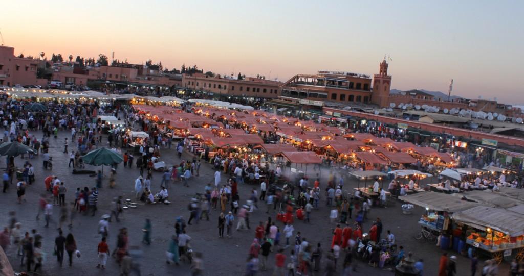 Marakeş'teki Cema ül-Fena Meydanı'ndaki yemek tezgâhları işlerini ciddiye alıyor.