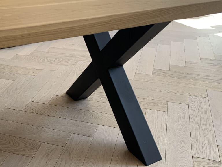 Eiken tafel met rechtblad en x poten