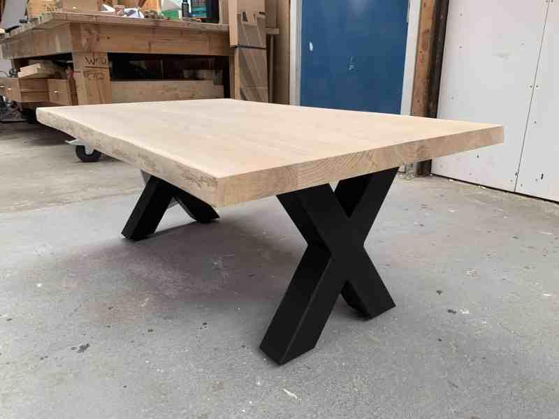 Salon tafel met X poten in onze werkplaats