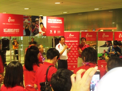 Deputy Prime Minister Teo Chee Hean welcoming Team Singapore back
