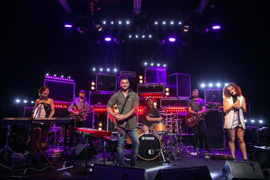 Guy Sebastian and his band [pic© MTV Asia/Aloysius Lim]