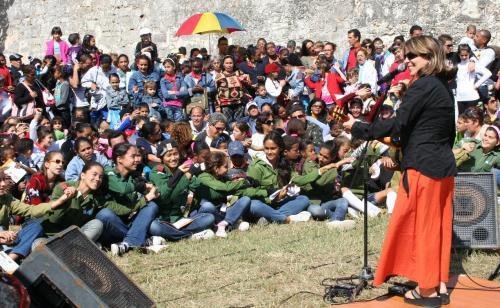 concierto de Liuba María a niños en el patio del Morro