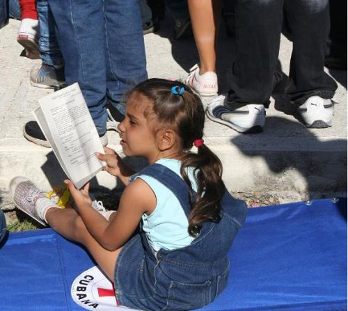 niña seguía cada momento de la misa del Papa en la Habana
