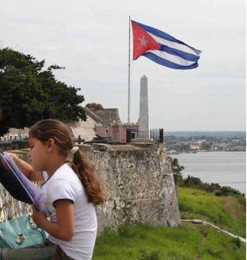 Niña Leyendo en el Morro feria del Libro de la Habana