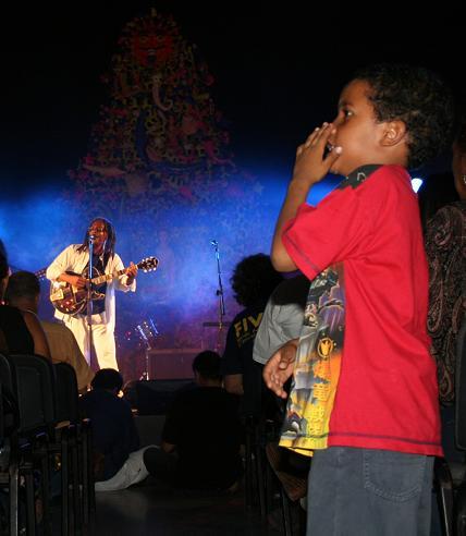 Niño cantando con Gerardo Alfonso Sabanas Blancas en concierto en Casa de las Américas