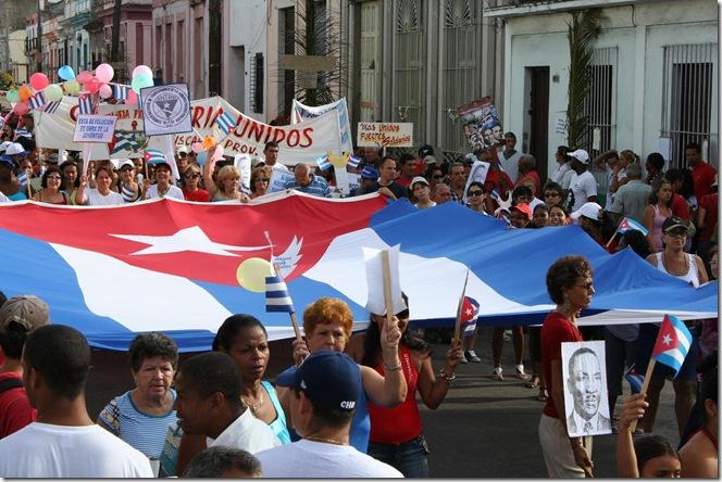 Bandera cubana en desfile
