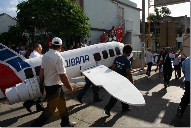 trabajadores de cubana de aviación desfilando