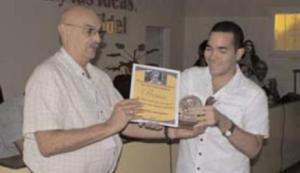 Yasel Toledo recibe premio en el Festival de la Prensa de Holguín. 2013