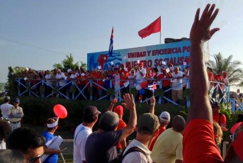 cubanos desfilando