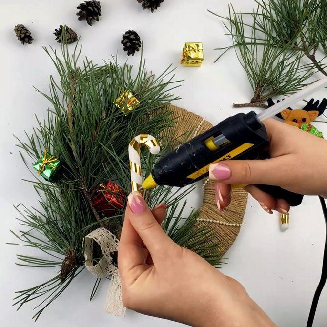 Есіктегі Рождество гүл шоқтары