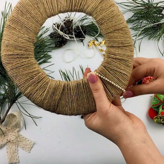 Жаңа жылдық гүл шоқтары оны шыршықтан тұрады