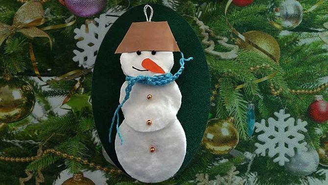 Мақта дискілерінен снеговикті қалай жасауға болады - ең жақсы жаңа жылдық қолөнер 15