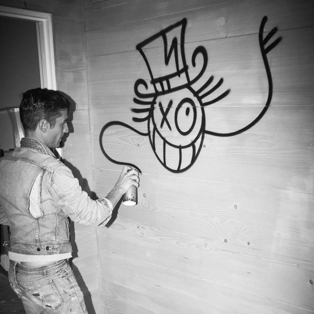 artiste français André en train de taguer Monsieur A