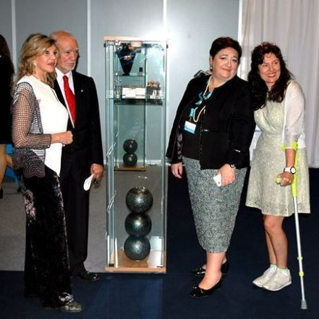 Jesús Yanes, Giovanna Tagliavia, directora de AEJPR, Liane Katsuki y Laura Márquez durante la inauguración de la Feria, al lado de una de las vitrinas con joyas de la AJA.