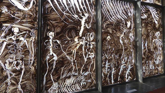"""Miquel Barceló, """" Le Gran Verre de la terra- Vidre de meravelles"""", obra efímera de barro sobre cristal, 2016"""