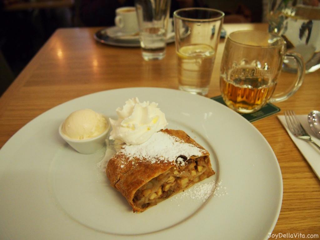 Apple strudel Restaurace Mincovna Prague