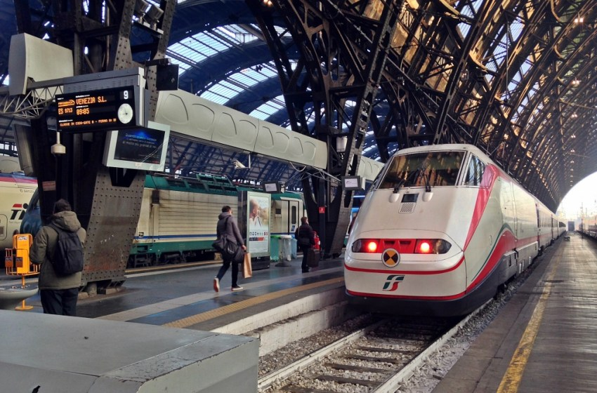 Frecciabianca E.414 train in Milano Centrale