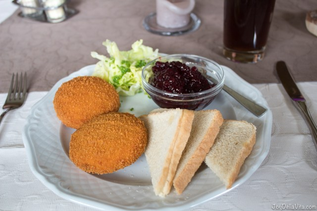 baked camembert with cranberry jelly and toast - Restaurant Ferienhof Geissler Zell Oberstaufen Allgaeu - JoyDellaVita.com