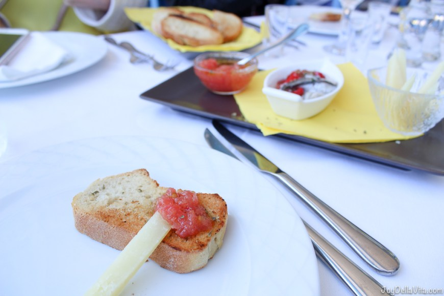 toasted bread with tomatoes and cheese -  Restaurant Giorgos Tavern Plaka Crete -  Travelblog JoyDellaVita.com