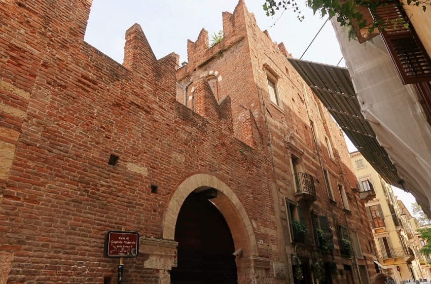 Where to find Casa di Romeo in Verona, the House of Romeo of Romeo & Juliet