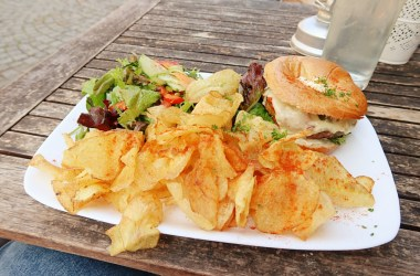 Grossstadt Lindau Chips Bagel Salad Vegetarian Vegan Lunch