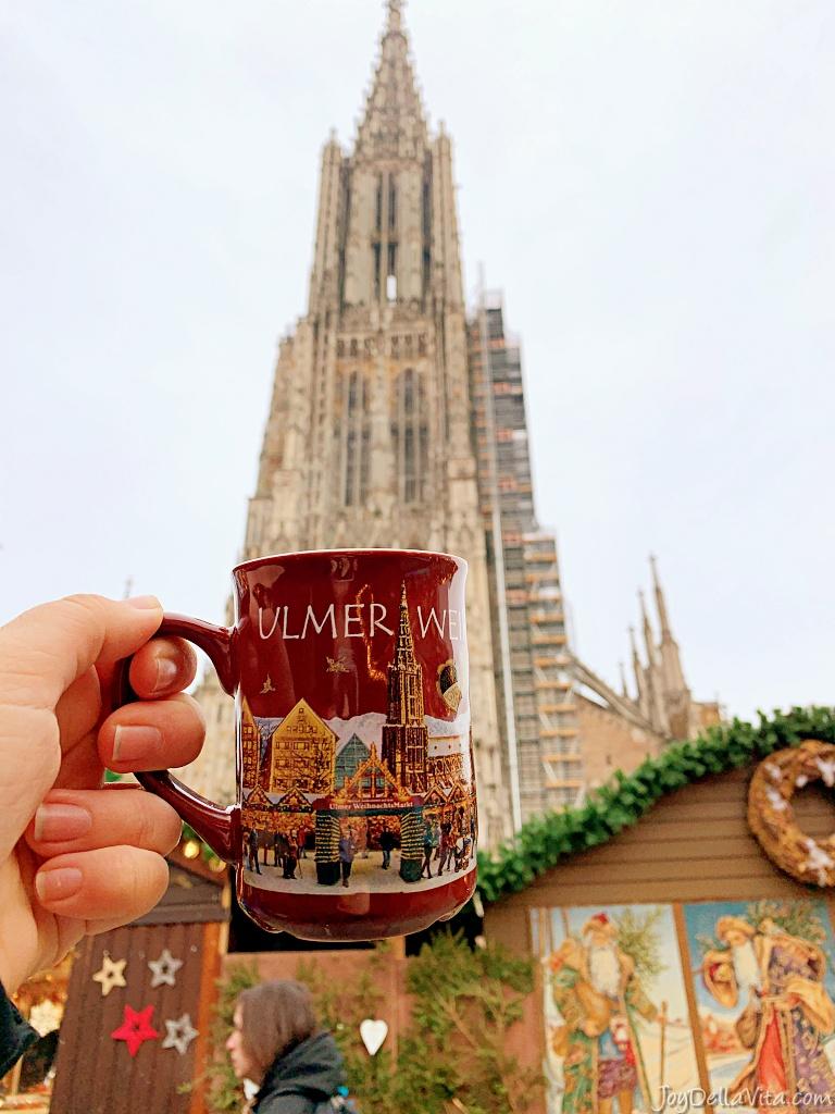 ulmer weihnachtsmarkt mug in front of the ulm minster