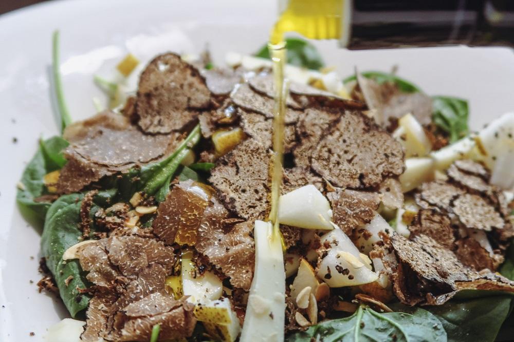 SPINACINO salad, baby spinach with almonds, pecorino cheese and pears (Insalata di spinacio baby con mandorle, pecorino e pere)