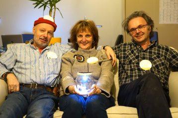 Le trio fondateur des Ateliers de la Côte reçoivent notre 2ème lampe solaire!