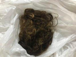 Après le coiffeur, j ai gardé mes cheveux pour les offrir si possible à une asso qui récupère des cheveux pour en faire des perruques pour les personnes atteintes de cancer...