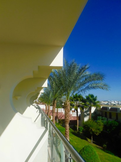Patio - Beautiful architecture - the walls dividing the hotel rooms!!