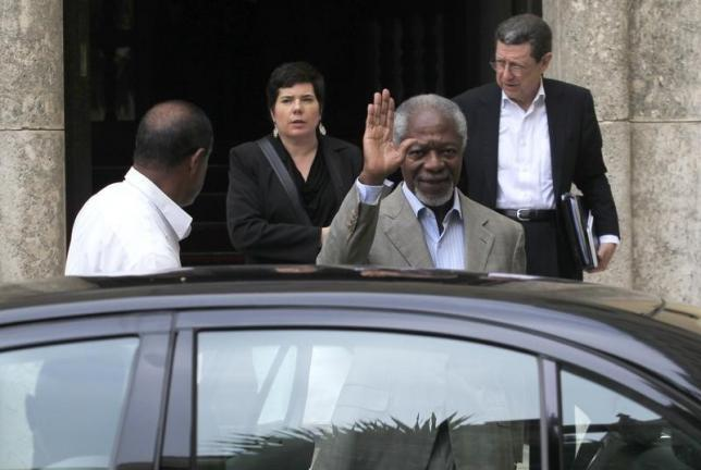 Former U.N. Secretary-General Kofi Annan waves after meeting with delegations of Colombian government and FARC guerrillas  during a Colombian peace talk in Havana February 27, 2015.  REUTERS/Stringer