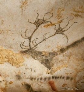 Un cerf clairement représenté avec de nombreux bois. Ici aussi des points et un rectangle interrogent les scientifiques