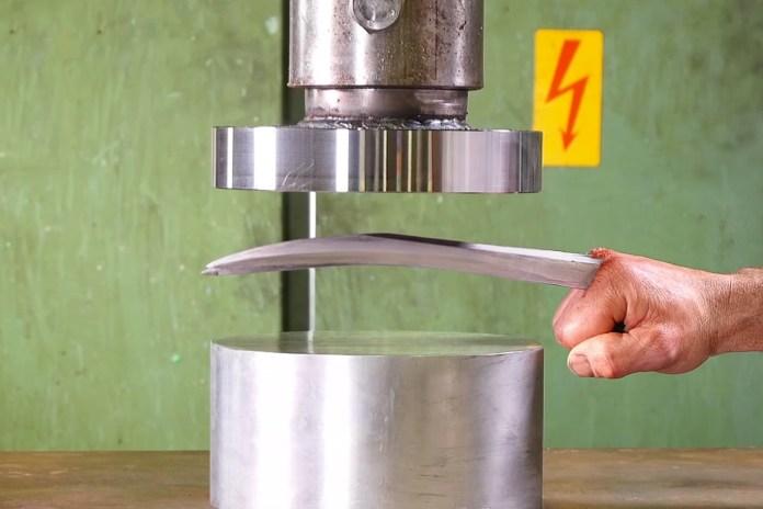 『X-MEN』シリーズでお馴染み ウルヴァリンの鉤爪をプレスマシンで潰してみた?