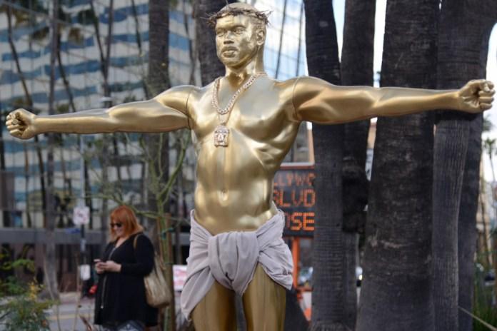 カニエ・ウェストの実物大黄金像がハリウッドに出現
