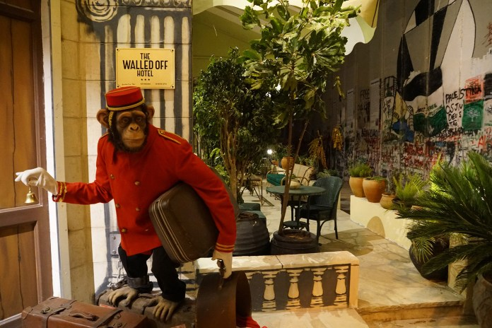 バンクシーがパレスチナ自治区内にオープンする『The Walled Off Hotel』の館内が公開