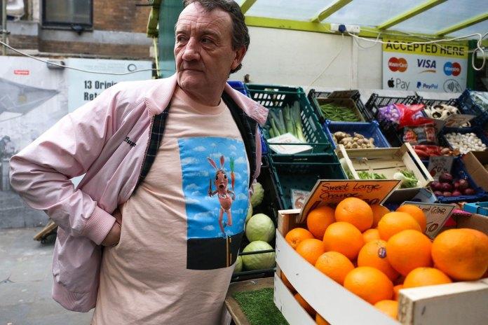 Interviews: ロンドンのマーケットでフルーツを売る全身 Supreme おじさん、ランス・ウォルシュ